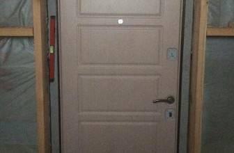 стальная дверь с белым напылением